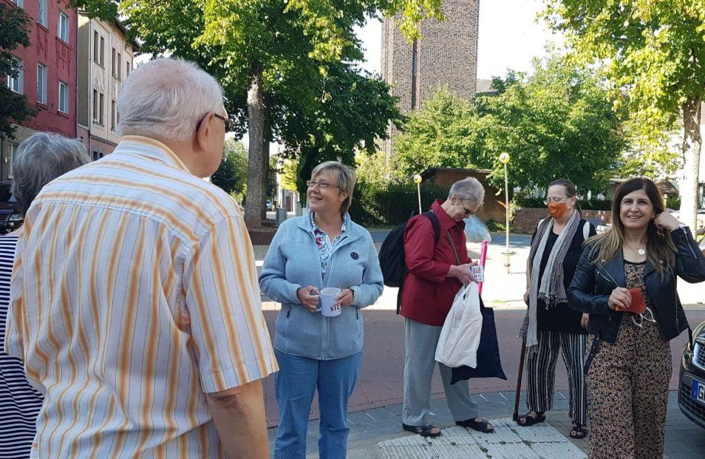 Mit dem Bollerwagen durchs Quartier – mit älteren Menschen im Gespräch
